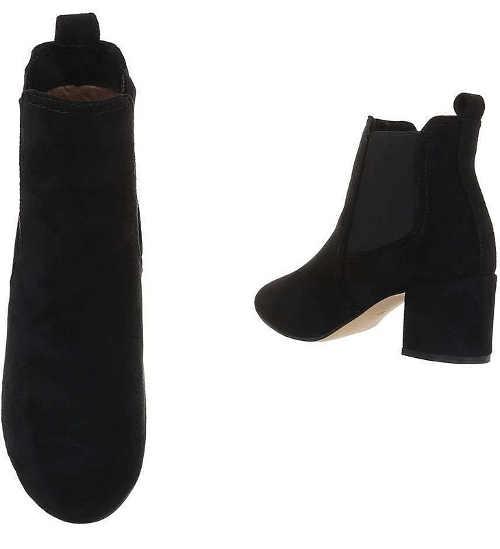 Alacsony fekete csizma rugalmas bokával a bokáján