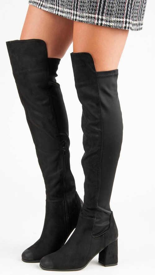 Magas fekete csizma miniszoknyával